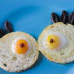 Crostini di Halloween con occhi di mostro