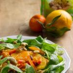 Insalata con zucca, carote, arancia, mandarino e frutta secca