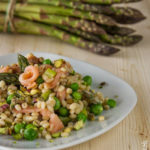 Orzo freddo con asparagi, piselli, pistacchi e salmone