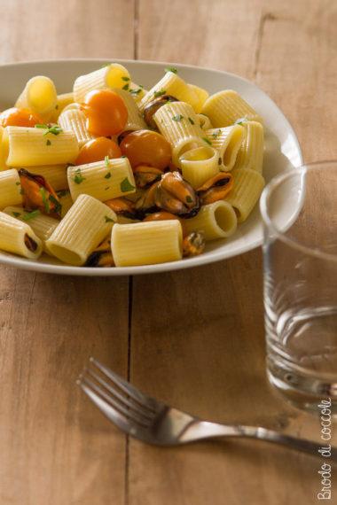 Pasta fredda con cozze e datterini gialli