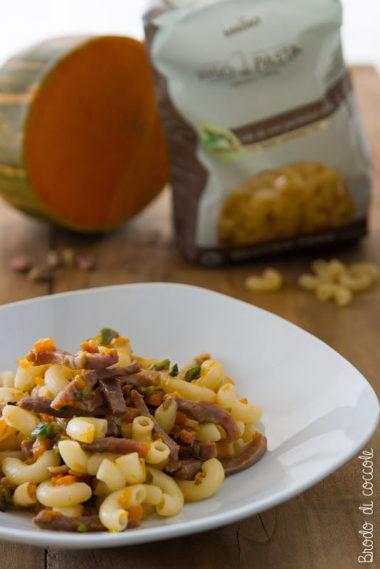 Pasta con zucca, crudo, pistacchi e parmigiano