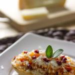 Crostini con zucca, pecorino sardo e mirtilli rossi