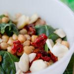Insalata di spinaci con ceci, pomodori e topinambur