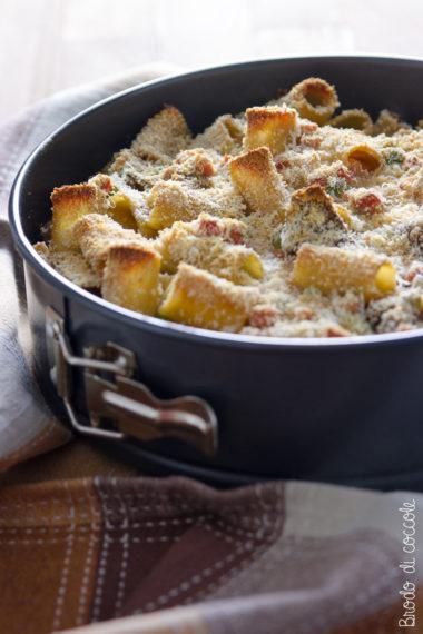 Pasta al forno con funghi, prosciutto e piselli