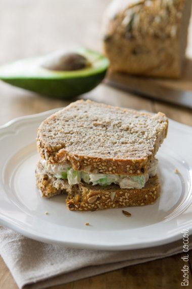 Sandwich con tonno, avocado e yogurt greco