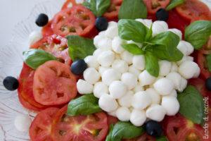 Insalata alla Caprese di mozzarella e pomodori