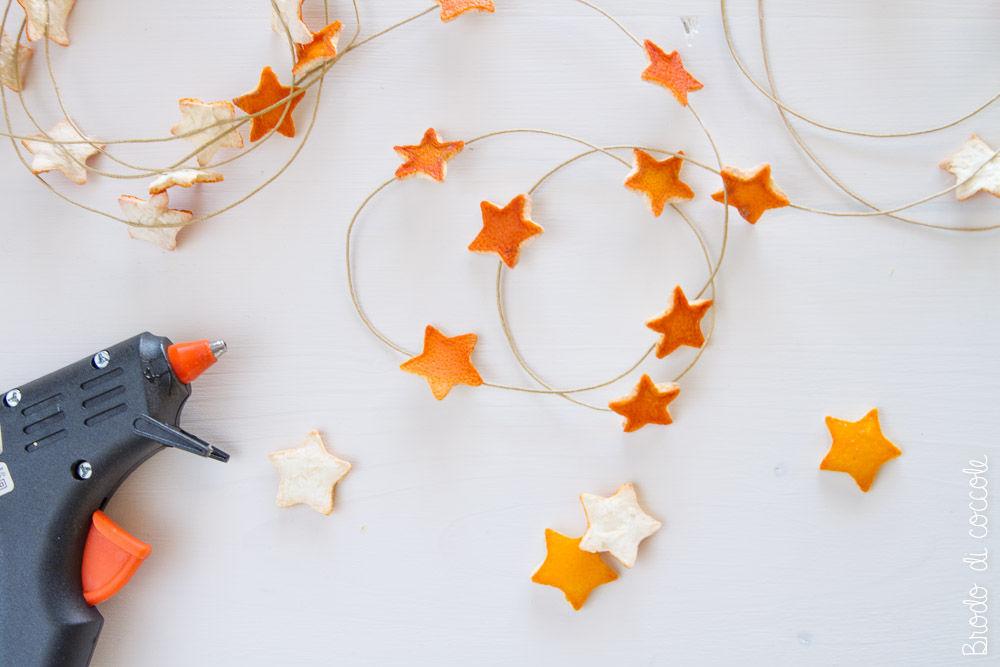 Ghirlanda  con le bucce d'arancia:  Incolla le bucce sul cordino