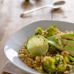 Quinoa con broccoli e avocado