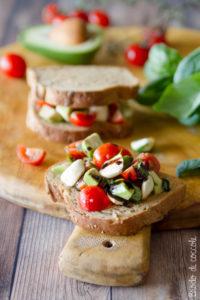 Sandwich con avocado alla caprese