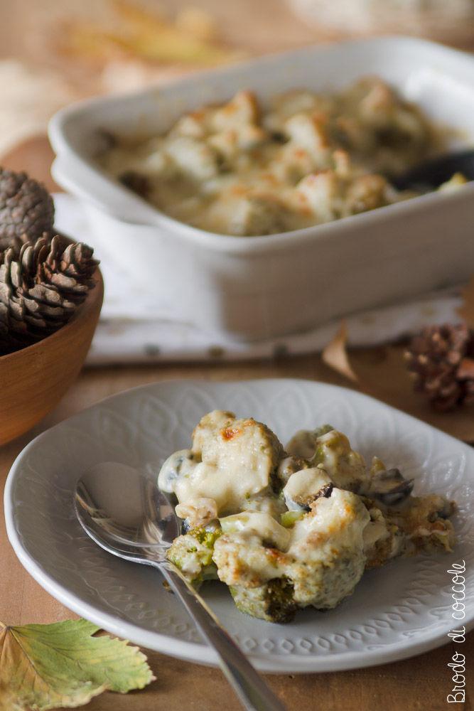 Broccoli gratinati con salsa d'acciughe e olive nere