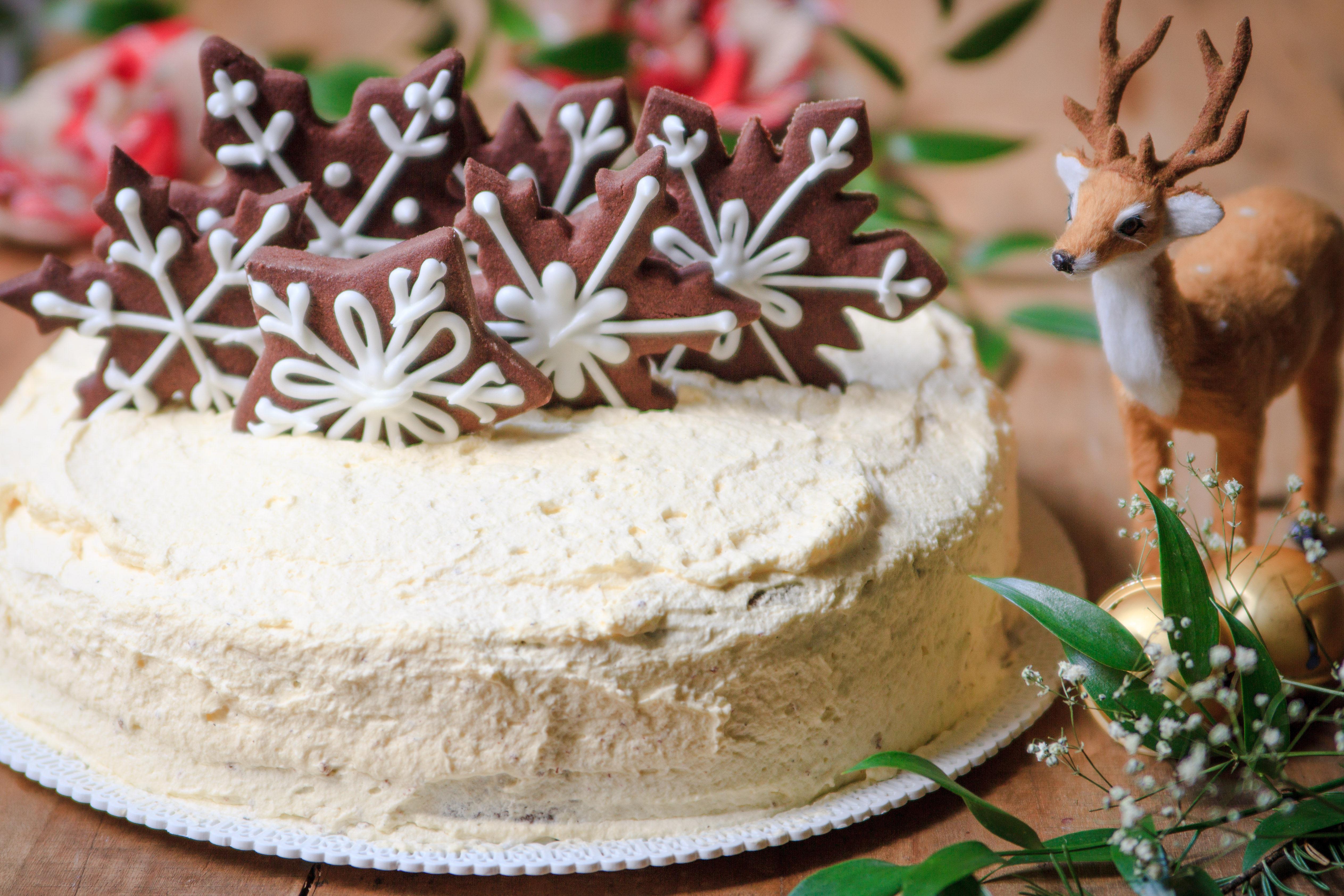 Torta con crema chantilly e fiocchi di neve
