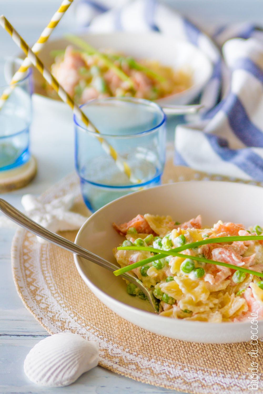 Pasta con panna, salmone e piselli