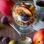 Coppa di frutta con yogurt greco e muesli