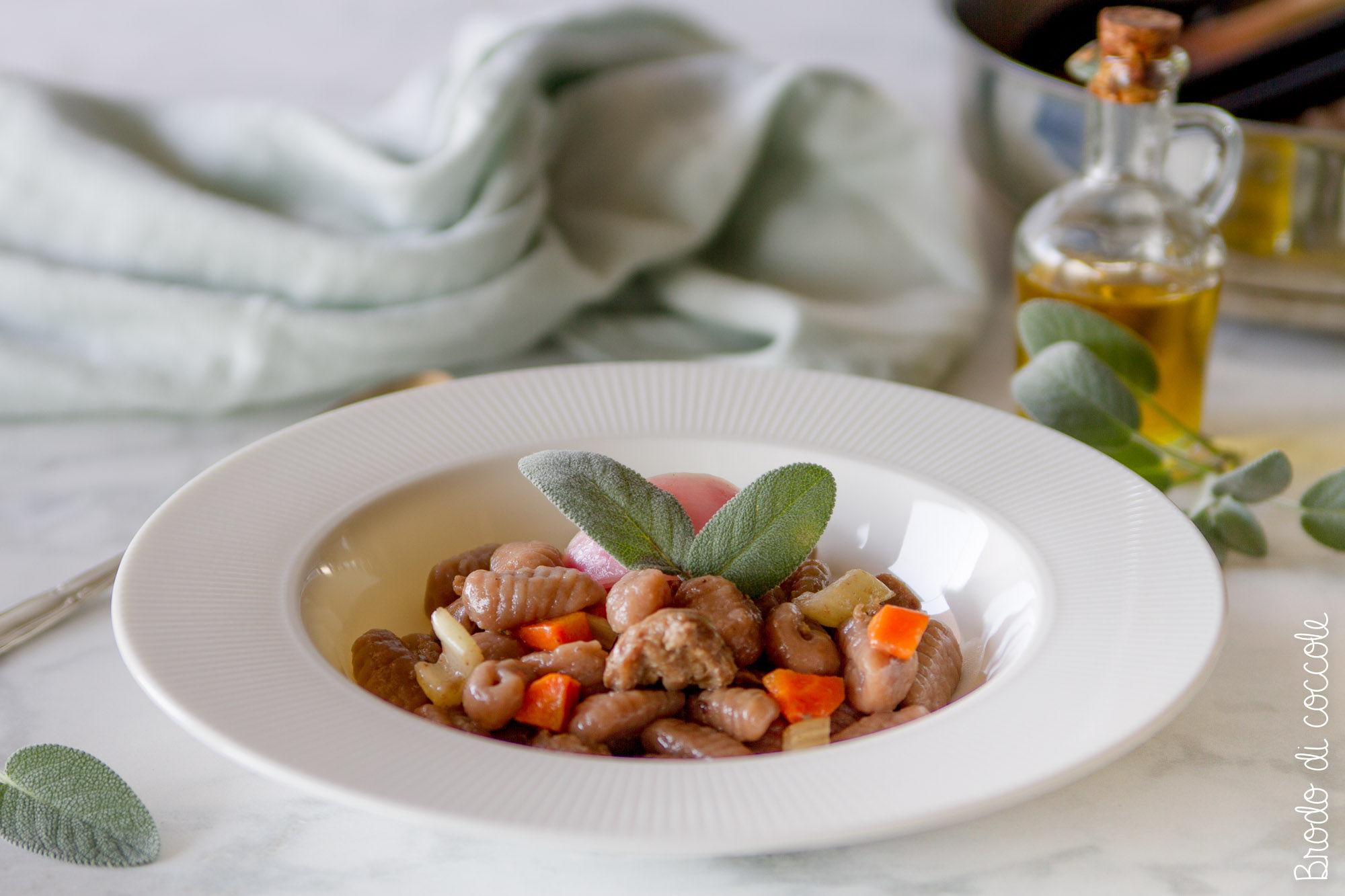 Gnocchi di castagne e ragù di salsiccia