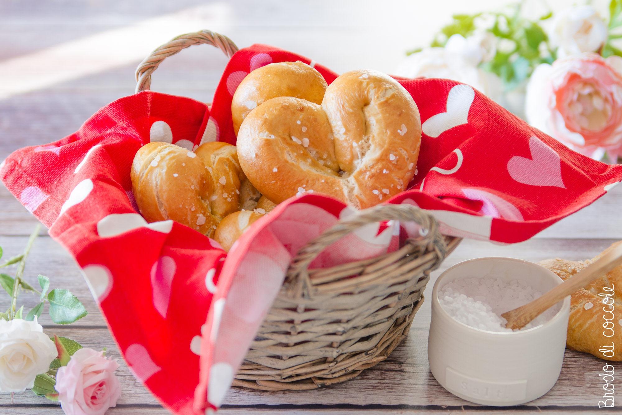 Cuori di pretzel morbidi