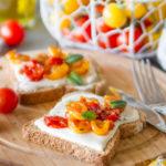 Bruschette con stracchino e pomodori confit veloci