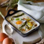 Uova in cocotte con asparagi e fiori di zucca