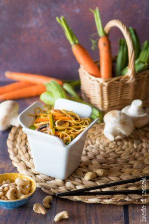 Noodle con verdure e anacardi