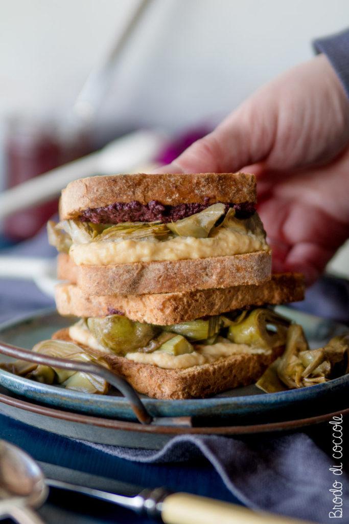 Sandwich con hummus, carciofi e patè di olive